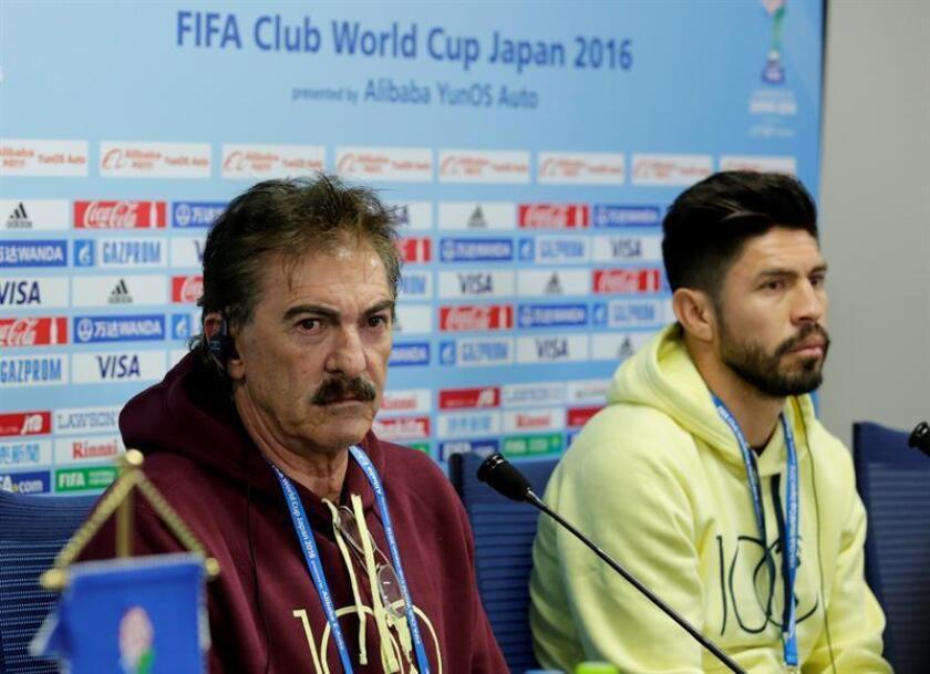 El técnico del Club América mexicano, Ricardo La Volpe en una rueda de prensa celebrada hoy en Osaka. EFE