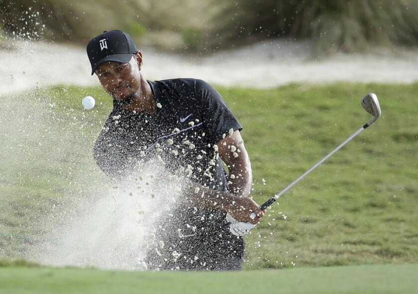 Tiger Woods sale del bunker en el hoyo 14 del Hero World Challenge celebrado en Nassau, Bahamas.