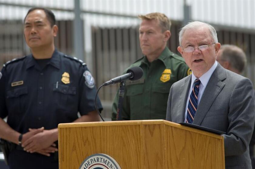 El fiscal general de los Estados Unidos, Jeff Sessions (d), habla durante una conferencia de prensa. EFE/Archivo