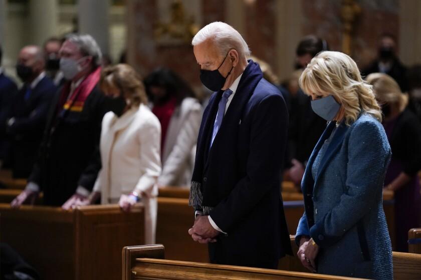 En esta foto de archivo del 20 de enero de 2021, el presidente electo Joe Biden y su esposa Jill Biden