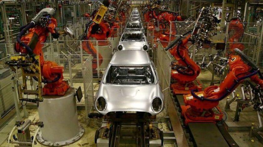 Primero fueron trabajadores como los cajeros de supermercados o los obreros de las cadenas de montaje los que vieron como la automatización les quitaban puestos de trabajo.