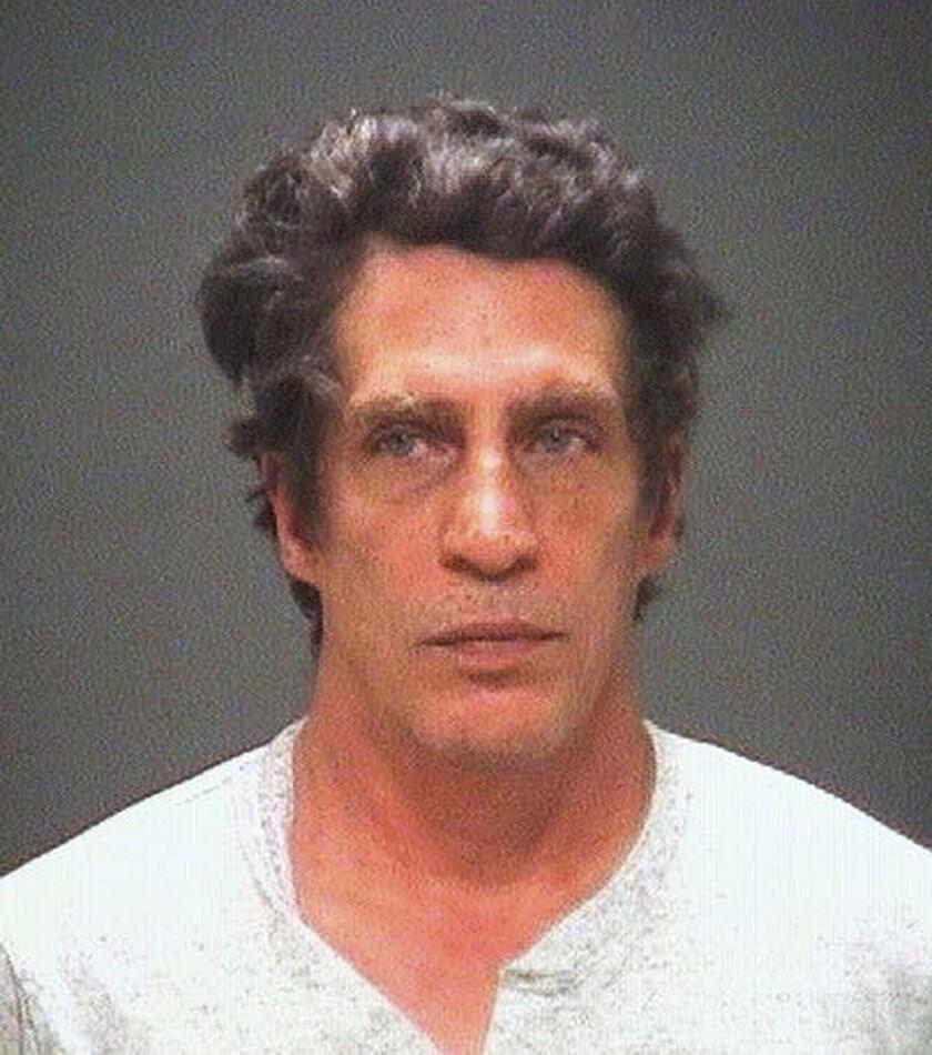 Esta imagen no fechada distribuida por la Fiscalía del condado de Cuyahoga, muestra a Bobby Hernandez Hernandez, acusado de alterar registros en Ohio para obtener una licencia de conducir y la polícia aseguró que enfrentará cargos de secuestro en Alabama. Las autoridades informan que Julian Hernandez tenía cinco años cuando su madre lo reportó desaparecido, y ahora tiene 18 años de edad. Aparentemente había estado viviendo en Ohio con su padre, Bobby Hernandez, bajo un nombre falso.