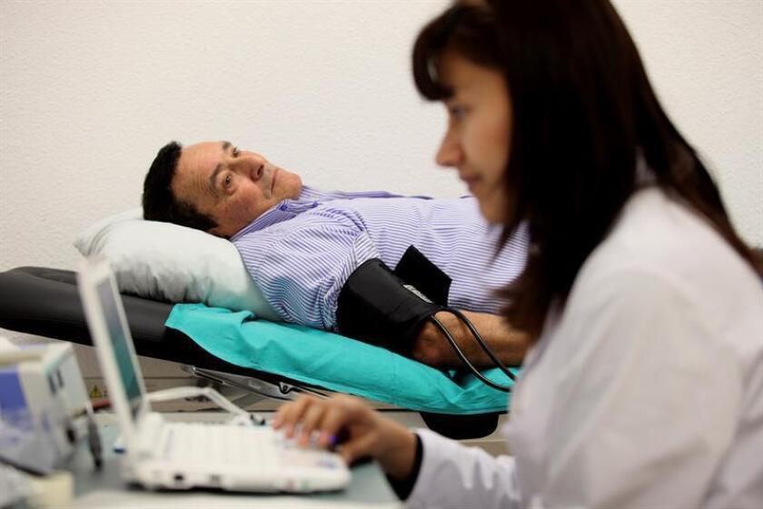 Los ataques cardiacos, accidentes cerebrovasculares, insuficiencia cardiaca y afecciones relacionadas causaron 415.000 muertes y 2,2 millones de hospitalizaciones en 2016, de acuerdo a las últimas cifras de los Centros de Prevención y Control de Enfermedades (CDC) publicadas hoy. EFE / Archivo