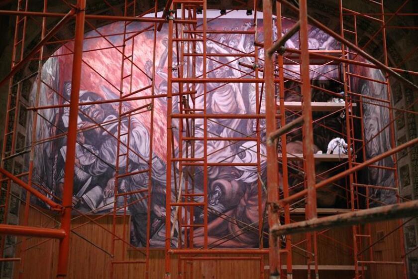 """Expertos restauradores y técnicos del Instituto Nacional de Bellas Artes (INBA) y de la Escuela de Conservación y Restauración de Occidente trabajan hoy, lunes 16 de enero de 2017, en la restauración del mural """"El hombre creador y rebelde"""", del pintor José Clemente Orozco, que sufrió daños por el sismo registrado el 11 de mayo de 2015 en Guadalajara, en el oeste de México. EFE"""