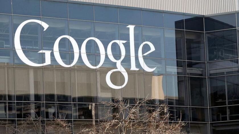 """Google señaló el lunes que evitará que los lucrativos anuncios digitales aparezcan en sitios que """"tergiversen, confundan u oculten información"""" (Marcio José Sánchez / Associated Press)."""