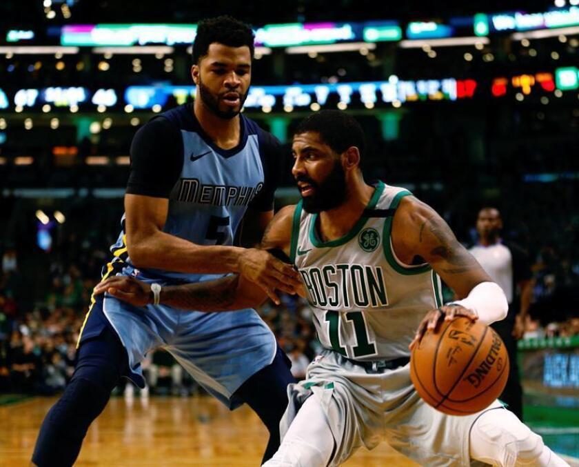 Kyrie Irving (d) de Boston Celtics disputa el balón con Andrew Harrison (i) Memphis Grizzlies durante un juego de la NBA. EFE/Archivo