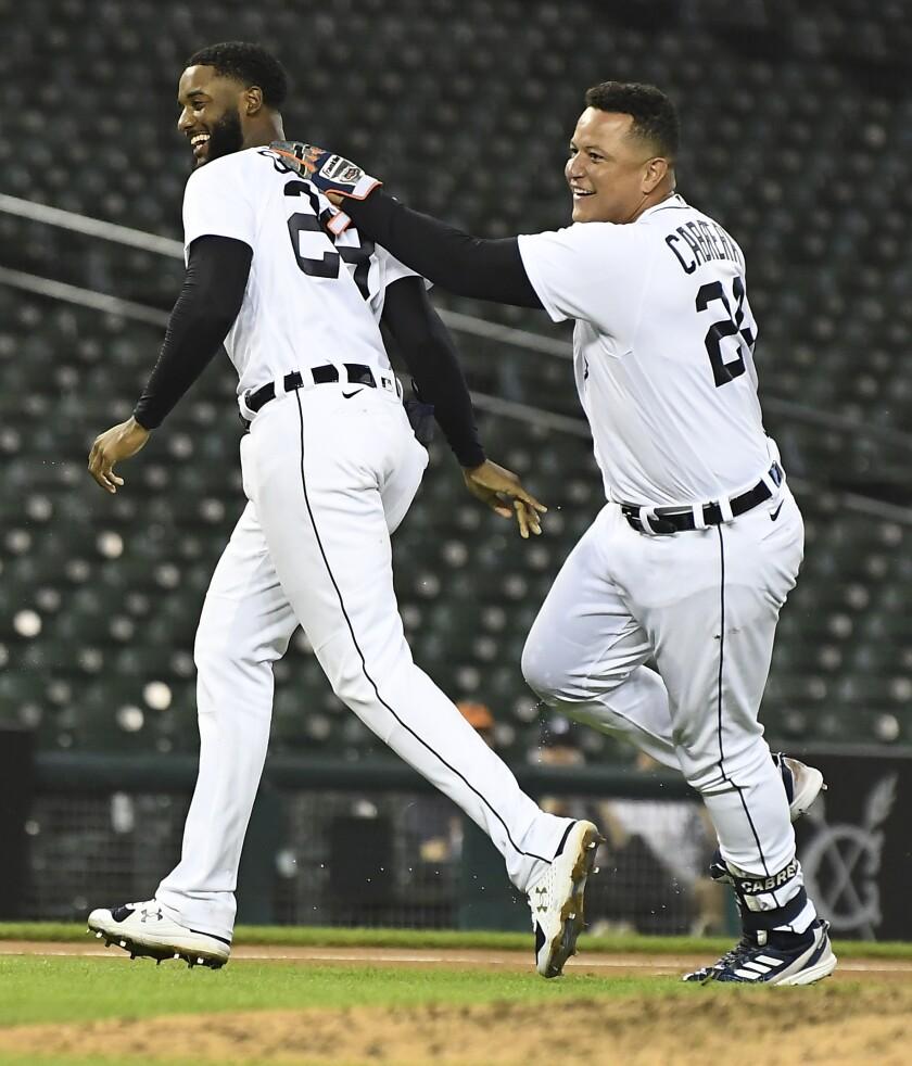 Niko Goodrum y el venezolano Miguel Cabrera festejan el triunfo de los Tigres de Detroit sobre los Cerveceros de Milwaukee, el martes 14 de septiembre de 2021 (AP Foto/Lon Horwedel)