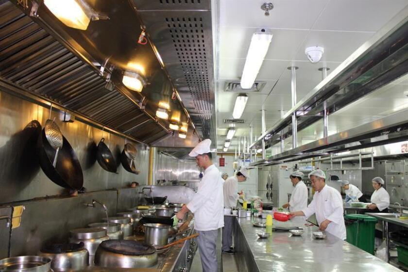 El control más absoluto ha llegado a las cocinas de los restaurantes en China, gracias a un sofisticado sistema de inteligencia artificial puesto en práctica en centenares de locales de la ciudad de Shanghái, que detecta desde faltas de higiene en los trabajadores hasta la presencia de ratas. EFE