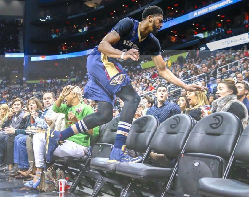 EL jugador Anthony Davis de los Pelicans sale de la cancha mientras trata de atrapar la pelota. EFE/Archivo