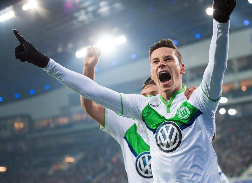 El jugador del Wolfsburgo Julian Draxler celebra después de anotar un gol hoy, miércoles 17 de febrero de 2016, durante un partido entre Gante y Wolfsburgo por los octavos de final de la Liga de Campeones de la UEFA, en el estadio Ghemlanco Arena de Gante (Bélgica).