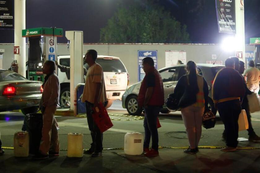 """Consumidores esperan conseguir un poco de gasolina en una gasolinera de la ciudad de Guadalajara (México). La empresa estatal Petróleos Mexicanos (Pemex) dijo ayer que no dará """"marcha atrás"""" contra el robo de combustible en México y que su estrategia es """"efectiva"""". EFE/Archivo"""
