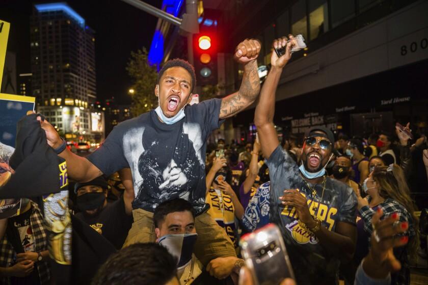En esta imagen del 11 de octubre de 2020, aficionados celebran el triunfo de los Lakers de Los Ángeles sobre el Heat de Miami en el sexto juego de la final de la NBA, en Los Ángeles. (AP Foto/Jintak Han, archivo)