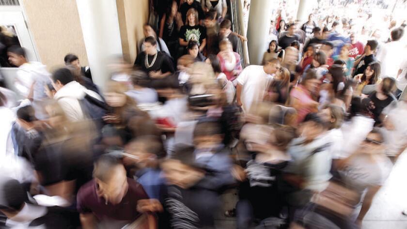 Estudiantes de John Burroughs High School acuden a sus próximas clases, en esta foto de archivo tomada el 12 de junio de 2007.