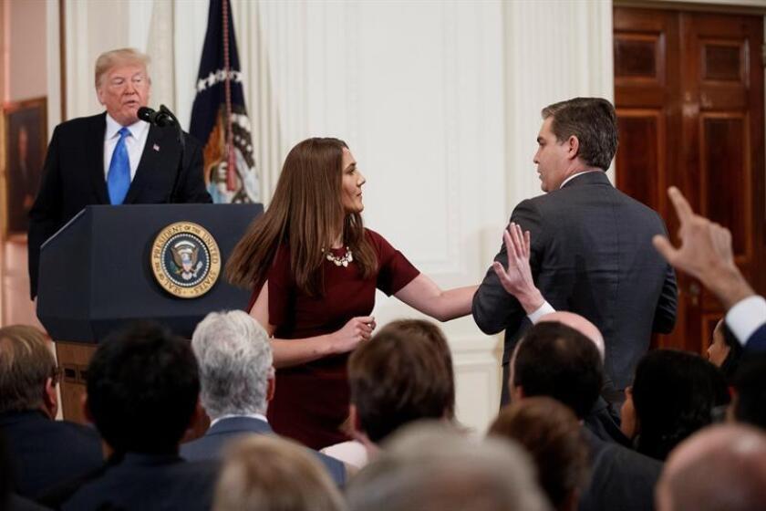 El presidente estadounidense, Donald Trump (i), increpa a Jim Acosta (d), corresponsal de la CNN en la Casa Blanca, durante una rueda de prensa en la Casa Blanca, en Washington (Estados Unidos). EFE/Archivo