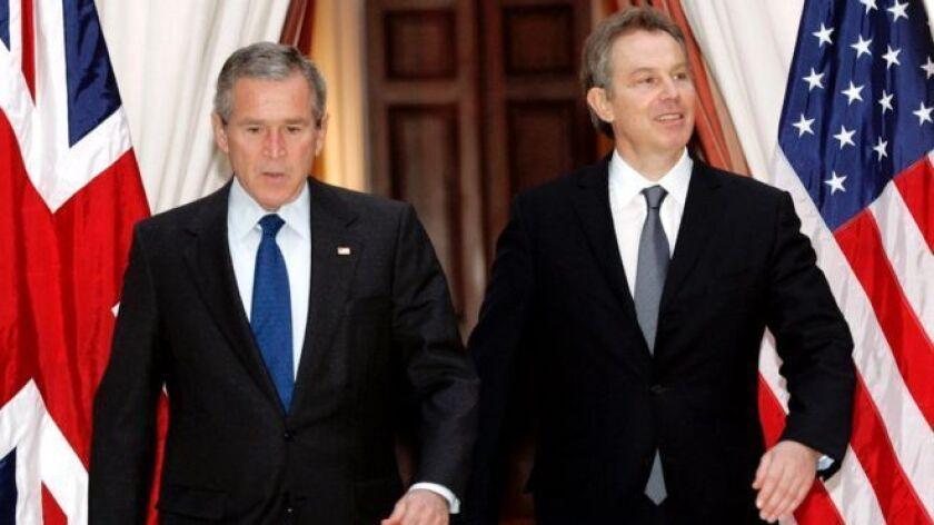 Las armas de destrucción masiva fueron el pretexto usado por George W. Bush (izq.) y Tony Blair para invadir Irak.