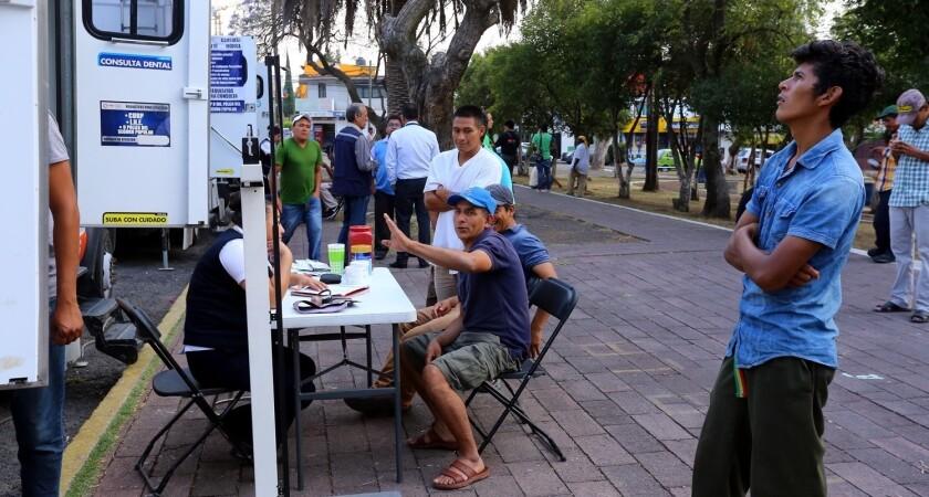 Un grupo de personas de la caravana migrante, durante su paso por Puebla, México.