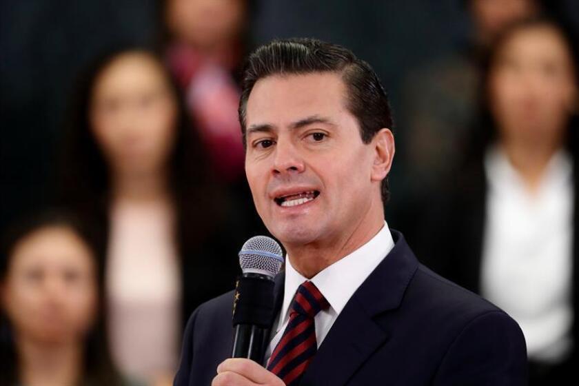 """El presidente mexicano, Enrique Peña Nieto, advirtió hoy que anular su reforma energética pondría en riesgo cerca de 800.000 empleos y llevaría el país a """"un modelo caduco"""", en alusión a las críticas vertidas por el candidato izquierdista Andrés Manuel López Obrador. EFE/ARCHIVO"""