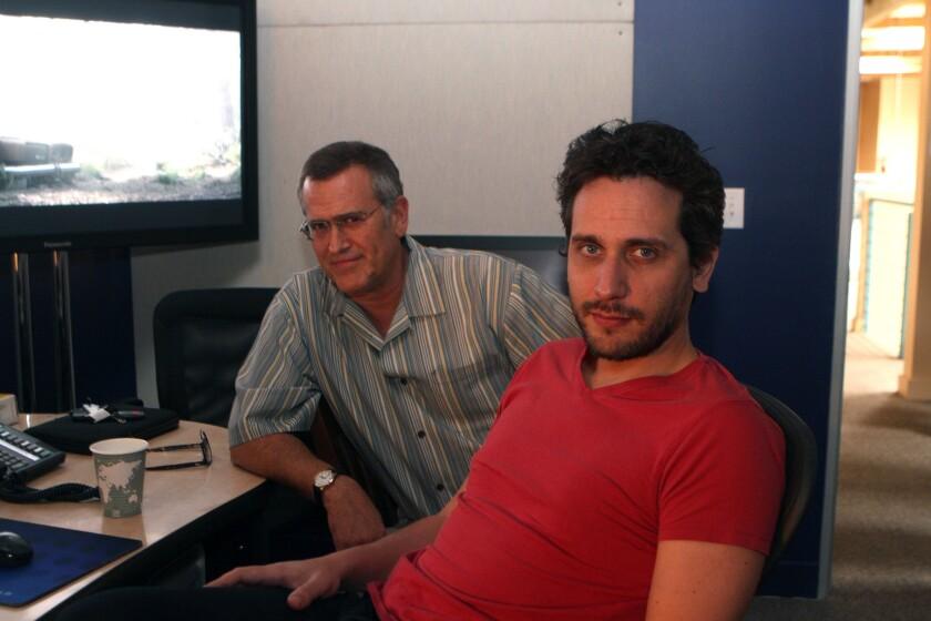 """Fede Álvarez (izq.) aparece en esta foto al lado de Bruce Campbell, la estrella original de la cinta de culto """"Evil Dead"""". El director uruguayo promociona actualmente el lanzamiento en DVD y Blu-ray de su segunda película, """"Don't Breathe""""."""