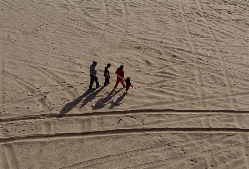 """Voluntarios del grupo No Más Muertes descubrieron cinco cuerpos humanos durante un periodo de cinco días en las zonas más apartadas del desierto de Arizona, informó hoy la organización humanitaria. Los inmigrantes deben sortear a los asaltantes de caminos, el maltrato de algunos agentes corruptos y los traficantes de personas """"polleros"""", así como las temperaturas extremas, el hambre, las serpientes y los alacranes del desierto. EFE/ARCHIVO"""