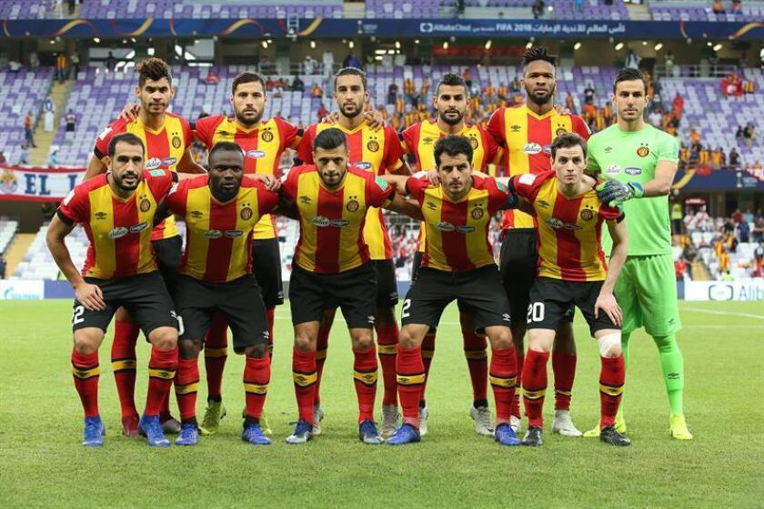 Los jugadores del Esperance tunecino posan alineados antes del inicio del partido por el quinto puesto del Mundial de Clubes que les enfrentó al mexicano Chivas Guadalajara, en Al Ain, Emiratos Árabes Unidos, el pasado 18 de diciembre. EFE