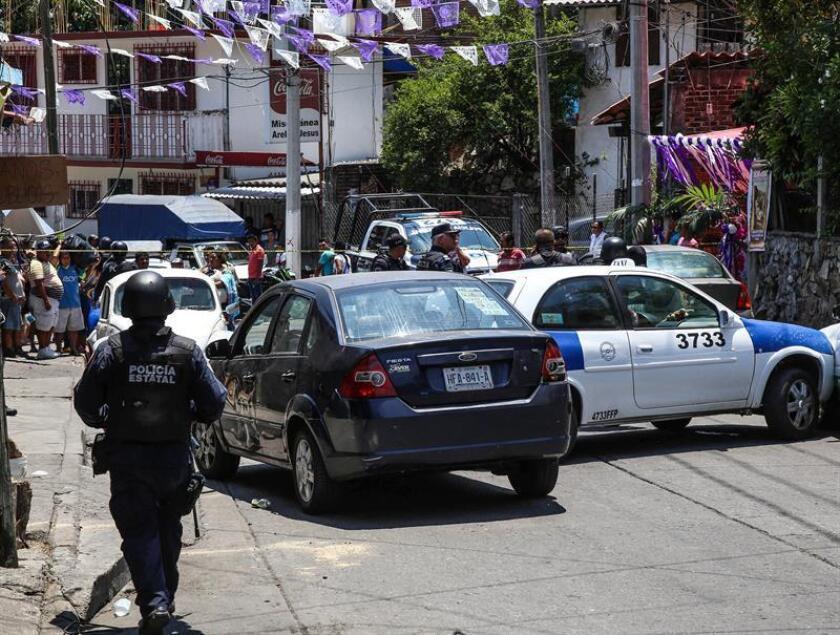 Integrantes de la policía resguardan la zona de un enfrentamiento hoy, viernes 30 de marzo de 2018, en la colonia Santa Cruz, en Acapulco (México). EFE