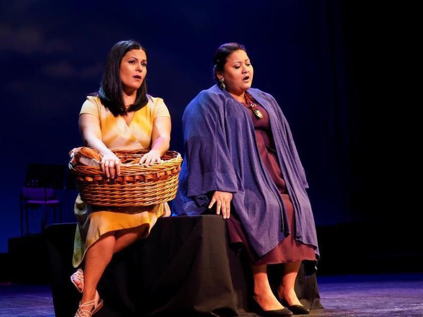 """Fotografía cedida este viernes por el Teatro Nacional Sucre en la que se registró a dos actrices de la opera mariachi """"Cruzar la Cara de la Luna"""", durante su presentación la noche anterior en Quito (Ecuador). EFE"""