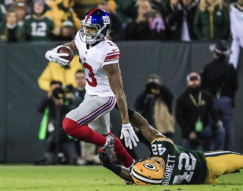 El equipo de seguridad de los Green Bay Packers Morgan Burnett (dcha) derrota al receptor abierto de los New York Giants Odell Beckham Jr. (izda) mientras maneja el balón durante un juego de la NFL. EFE/Archivo