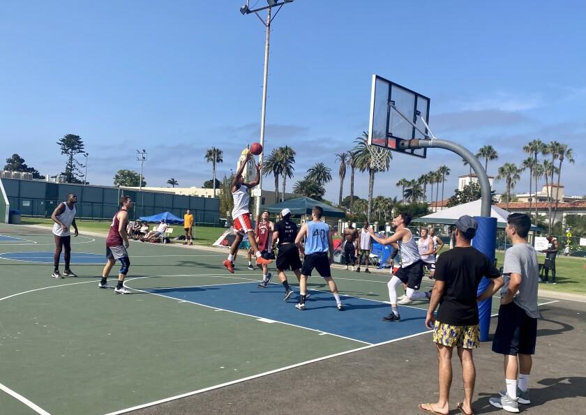Jugadores de un torneo de basquetbol en la La Jolla Rec Center