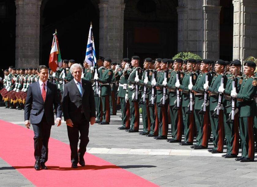 El presidente de Uruguay, Tabaré Vázquez (d), es acompañado por su homólogo de México, Enrique Peña Nieto (i), durante la ceremonia de bienvenida en el Palacio Nacional, de Ciudad de México (México) hoy, martes 14 de noviembre de 2017. EFE