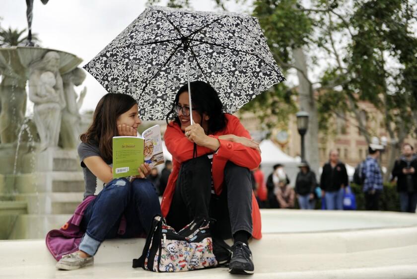 Scarlette Lutz y su madre, Chris, leen un libro durante L.A. Times Festival of Books en USC.