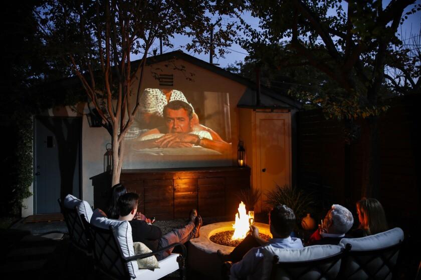 Organiza una noche de cine en tu patio trasero.