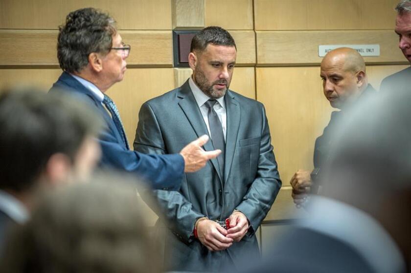 El español Pablo Ibar (c) escucha a Fred Haddad (i), un abogado de su equipo defensor, a su llegada al tribunal del condado de Broward en Fort Lauderdale, Florida (EE.UU.). EFE/Archivo