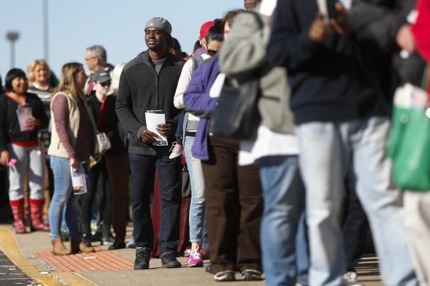 Votantes formados en una fila esperan para emitir su voto anticipado, en la Junta de Elecciones del condado Franklin, el lunes 7 de noviembre de 2016, en Columbus, Ohio. (AP Foto/John Minchillo)