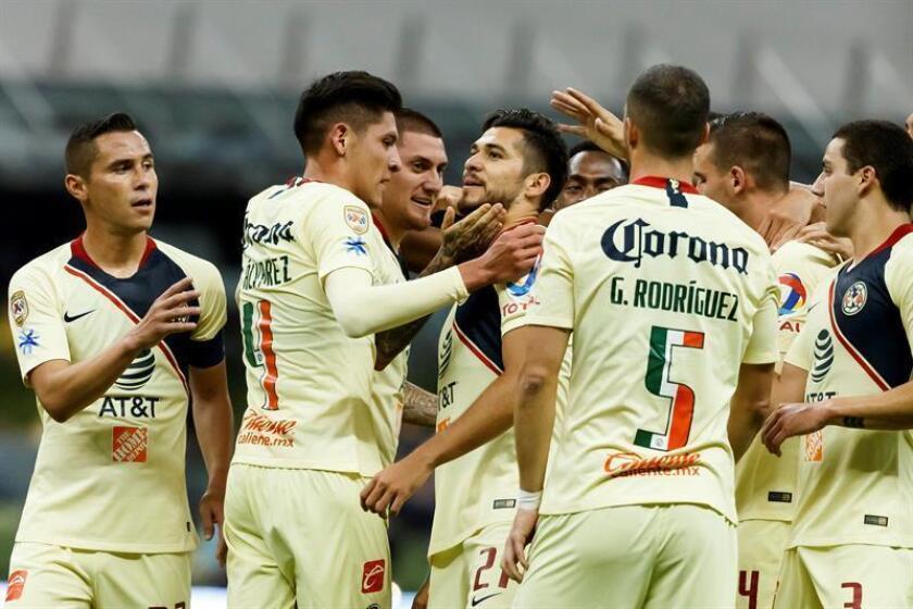 Jugadores del América celebran una anotación ante Lobos BUAPP en el Estadio Azteca de Ciudad de México (México). EFE