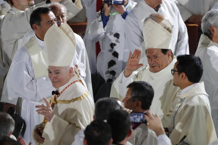 El cardenal Carlos Aguiar Retes (i) participa en la ceremonia donde asume como arzobispo primado de México hoy, lunes 5 de febrero de 2018, en la Basílica de Guadalupe, en Ciudad de México (México). EFE/Archivo