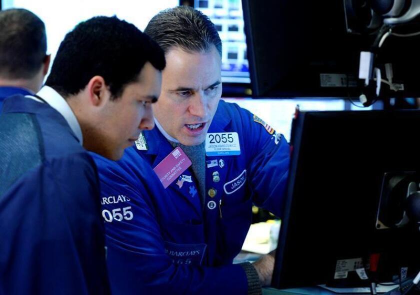 Agentes de cambio y bolsa trabajan en el parqué de Nueva York, Estados Unidos. EFE/Archivo