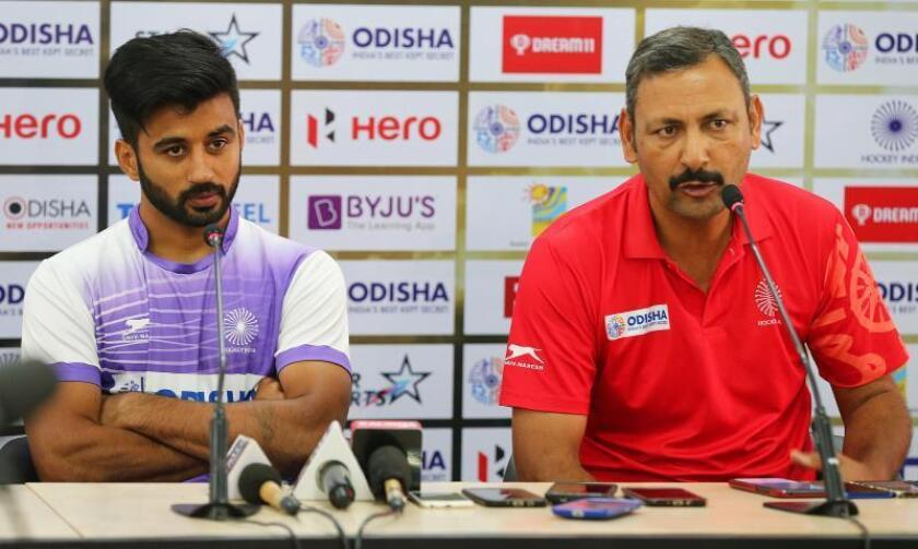 El seleccionador indio de hockey, Harendra Singh (d), y el capitán del equipo Manpreet Singh (i) ofrecen una rueda de prensa el día previo a su partido contra Sudáfrica en Bhubaneswar (India) hoy, 27 de noviembre de 2018. EFE