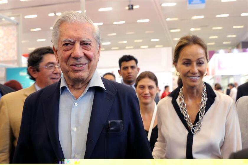 El Premio Nobel Mario Vargas Llosa y su prometida Isabel Preysler pasearon este martes su amor por la Feria Internacional del Libro de Guadalajara (FIL), en el occidente de México, donde visitaron el stand de Perú y saludaron a los visitantes que se arremolinaron a su alrededor. EFE