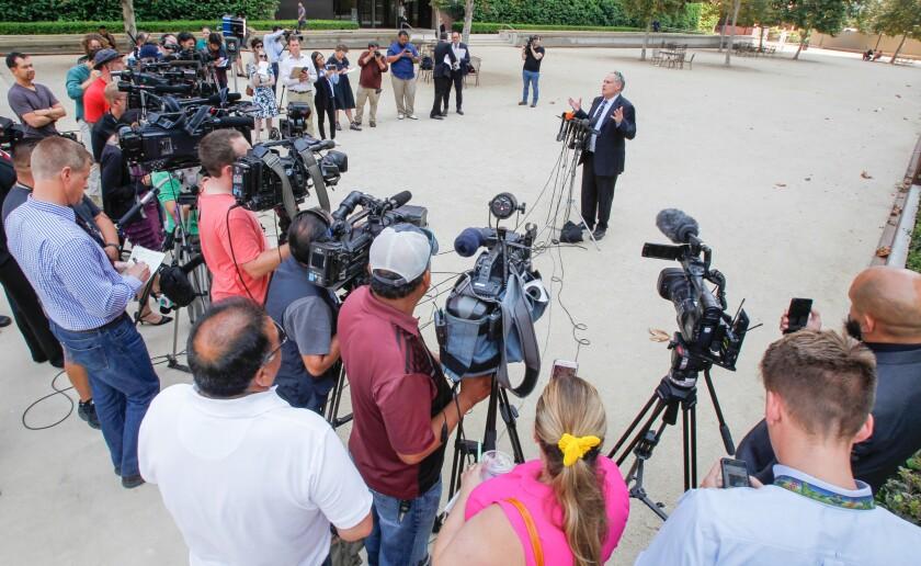 El abogado de la ACLU, Lee Gelernt, habla a los medios, sobre familias separadas en la frontera, frente a la corte federal el viernes en San Diego, California.