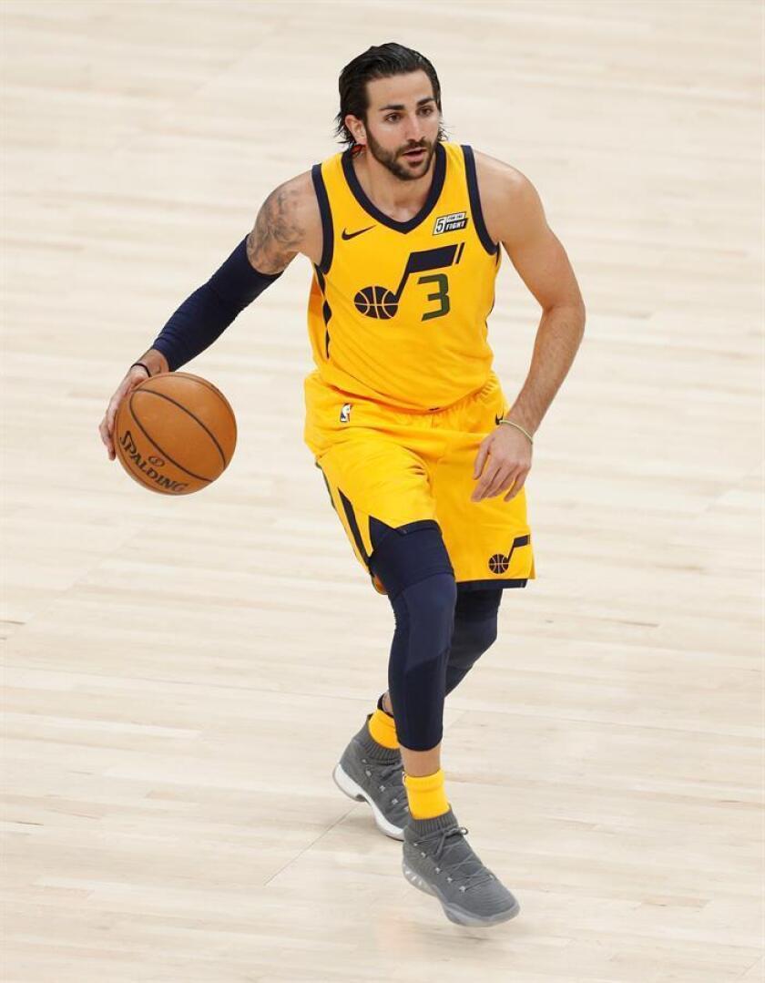 El jugador de Jazz Ricky Rubio controla el balón durante su juego de la NBA. EFE