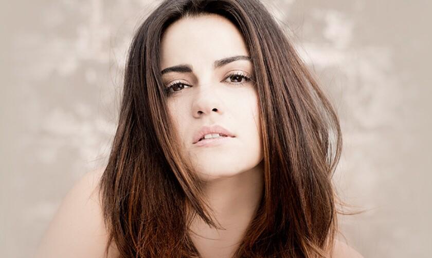 La actriz, cantante y modelo mexicana Maite Perroni se apresta a lanzar su nuevo sencillo.