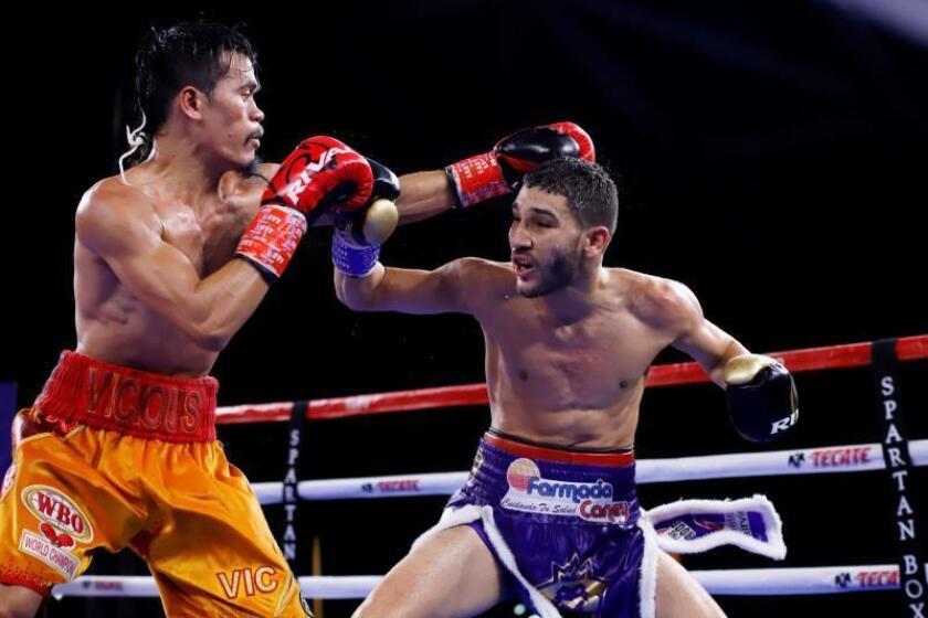 El puertorriqueño Wilfredo Méndez (d) enfrenta al filipino Vic Saludar (i) durante la cartelera de boxeo de la Organización Mundial de Boxeo (OMB), en el Centro de Convenciones Pedro Rosselló, en San Juan (Puerto Rico). EFE/ Thais Llorca/Archivo