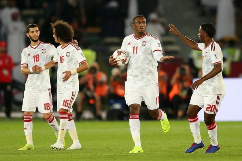Ahmed Khalil (2-d) celebra tras marcar un gol en el partido de la ronda preliminar de la Copa Asiática AFC 2019 entre Emiratos Árabes Unidos y Bahrein en Abu Dhabi, Emiratos Árabes. EFE