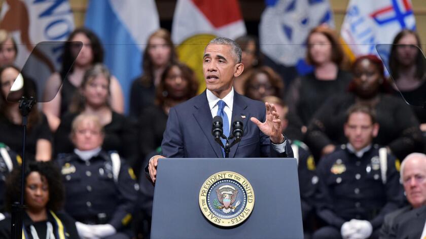 Obama ha dedicado su atención esta semana a la violencia con armas dirigida contra policías, así como a las balaceras realizadas por éstos.