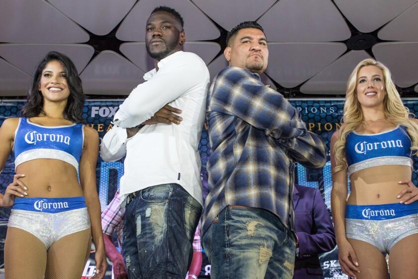 Deontay Wilder (izq.) y Chris Arreola (der.) promovieron su pelea en el Conga Room de Los Ángeles.