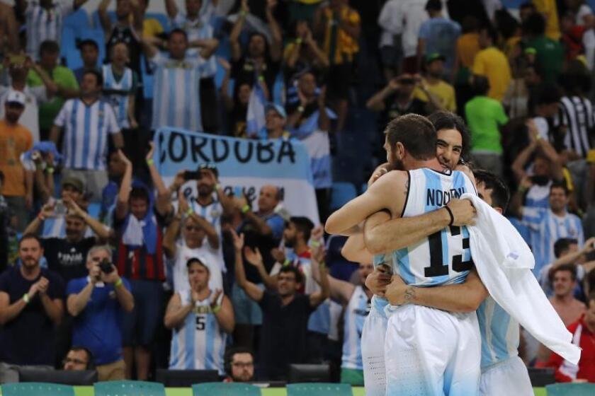 Los jugadores argentinos de baloncesto Andrés Nocioni (de espaldas) y Luis Scola. EFE/Archivo