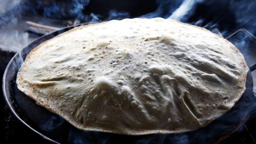 Una tortilla de agua se cocina en un comal, en Tortillas y Burros Doña Guille, en Hermosillo, México (Dania Maxwell / Los Angeles Times).