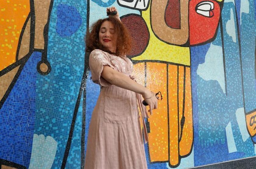 """La coreógrafa Jeanne D'Arc Casas baila durante una entrevista con Efe este 11 de julio de 2018, en Miami (EE.UU.). El Festival Internacional de Teatro Hispano (FITH) de Miami levanta hoy el telón con una versión libre del drama de Federico García Lorca """"La casa de Bernarda Alba"""" a cargo de la compañía puertorriqueña Tojunto, que asume la responsabilidad como un reconocimiento al """"mérito artístico"""" de Puerto Rico. EFE"""