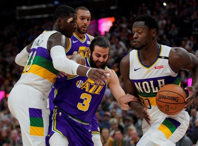 Ricky Rubio (c) de Utah Jazz disputa el balón con Julius Randle (d) de Pelicans en el juego de NBA entre Utah Jazz y New Orleans Pelicans este martes, en el Vivint Smart Home Arena en Salt Lake City, Utah (EE.UU.). EFE