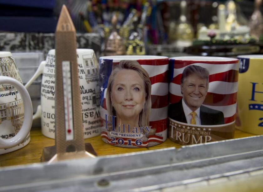 Productos con la imagen de Donald Trump y Hillary Clinton, de venta en Washington DC.